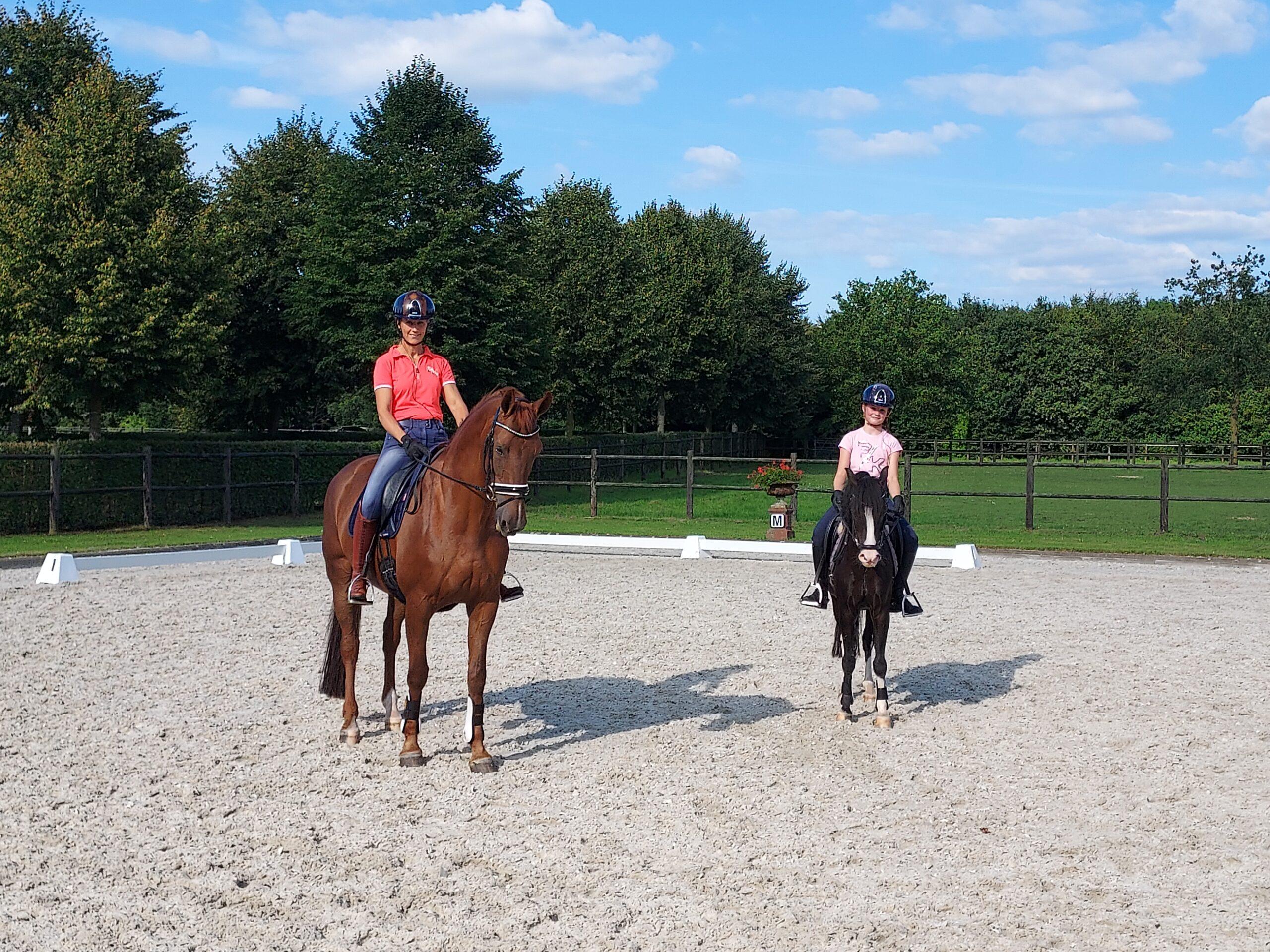 Cora Kleinhout en Puck Vermeulen tijdens trainingsarrangement Academy Bartels